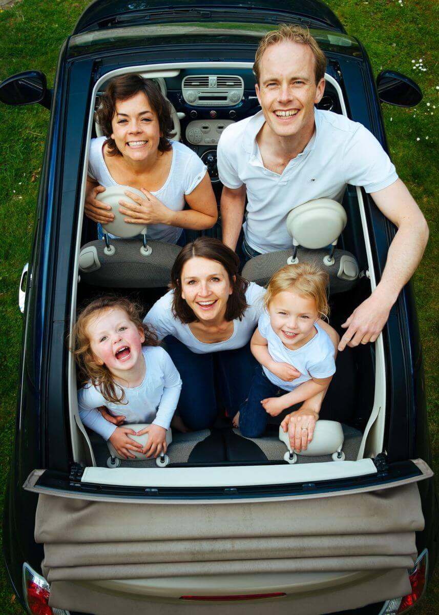famille heureuse en voiture décapotable