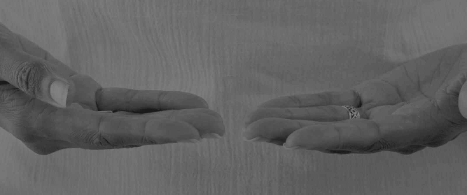 Méditation - mains- accueil - bienveillance